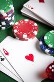 Играть карточки, обломоки покера, и dices на зеленой таблице Стоковое Фото