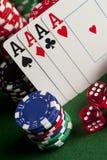 Играть карточки, обломоки покера, и dices на таблице Стоковая Фотография RF