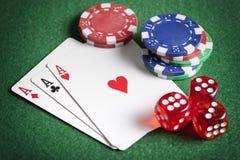 Играть карточки, обломоки покера, и dices Стоковое Изображение RF
