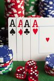 Играть карточки, обломоки покера, и dices Стоковые Фото