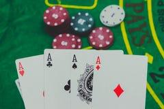 играть карточки, dices и обломоки покера сверху на зеленом покере Стоковое фото RF