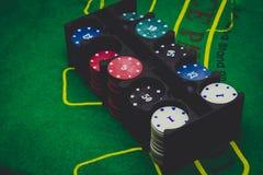 играть карточки, dices и обломоки покера сверху на зеленом покере Стоковое Фото