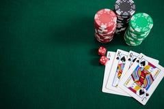 Играть карточки, dices и обломоки казино на таблице покера Стоковая Фотография