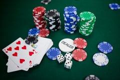 Играть карточки, dices и обломоки казино на таблице покера Стоковое фото RF