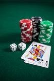 Играть карточки, dices и обломоки казино на таблице покера Стоковые Фотографии RF