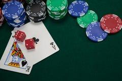 Играть карточки, dices и обломоки казино на таблице покера Стоковые Изображения RF