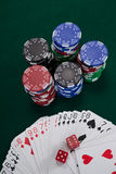 Играть карточки, dices и обломоки казино на таблице покера Стоковое Изображение RF
