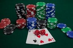 Играть карточки, dices и обломоки казино на таблице покера Стоковые Фото