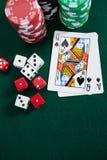 Играть карточки, dices и обломоки казино на таблице покера Стоковое Изображение