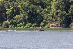 Играть катание на водных лыжах или wakeboard стоковое фото rf