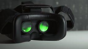 Играть кино внутри прибора виртуальной реальности на белой таблице на ноче 4k UHD акции видеоматериалы