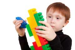 играть кирпичей мальчика Стоковые Изображения