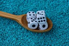 Играть кубы в деревянной ложке на голубых камнях Стоковые Фото