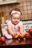 играть кухни милой девушки младенческий Стоковое фото RF