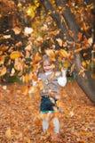 играть листьев девушки осени Стоковое Изображение