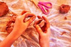 играть малыша глины стоковое фото