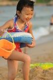 играть малыша пляжа Стоковые Фото