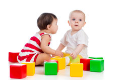 играть малышей младенцев Стоковые Изображения