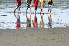 играть мальчиков пляжа Стоковые Фото