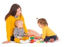 Играть мамы и 2 детей Стоковые Фото