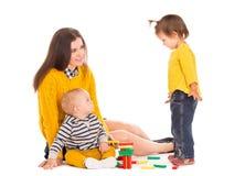 Играть мамы и 2 детей Стоковые Изображения