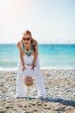 играть мамы пляжа младенца стоковые изображения