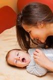 играть мати младенца Стоковая Фотография