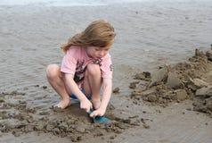 Играть маленького ребенка, делая sandcastles на пляже стоковое изображение rf