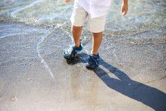 играть малыша пляжа Стоковое Изображение RF