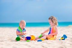 играть малышей пляжа Стоковые Изображения RF