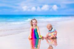 играть малышей пляжа Стоковые Фото