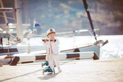 Играть мальчика внешний на пристани Стоковая Фотография RF