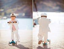 Играть мальчика внешний на пристани Стоковые Изображения RF