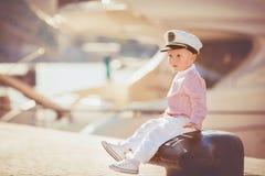Играть мальчика внешний на пристани Стоковые Фото