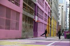 Играть мужчин суда 2 баскетбола улицы красочный Стоковое фото RF