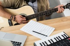 играть музыканта гитары Стоковые Фото