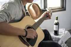 играть музыканта гитары Стоковые Изображения