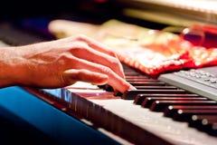 играть музыканта клавиатуры руки Стоковые Фотографии RF