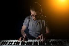 Играть музыкального инструмента рояля музыканта пианиста Стоковые Изображения RF