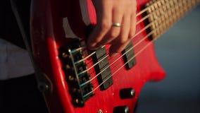Играть музыку басовой гитары сток-видео