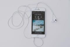 Играть музыку на iPhone 6S стоковые фотографии rf