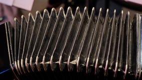 Играть на большом аккордеоне Играть конец-вверх губной гармоники Bayan старого музыкального инструмента русское - аккордеон кнопк Стоковое фото RF