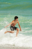 Играть на пляже стоковое изображение rf