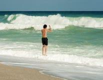 Играть на пляже стоковые изображения