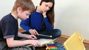 играть нот аппаратуры Повторения мальчика для учителя играя примечания на ксилофоне видеоматериал