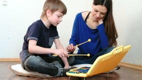 играть нот аппаратуры Учитель учит, что мальчик играет ксилофон акции видеоматериалы