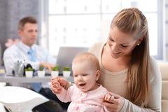 Играть дочери матери и младенца стоковые фотографии rf