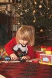 играть подарка chrismas мальчика Стоковая Фотография RF