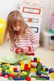 играть ребенка кирпичей Стоковые Изображения