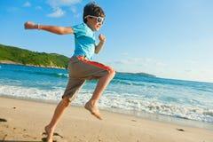 играть ребенка пляжа стоковые фото